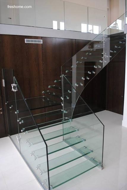 Escalera moderna de vidrio transparente