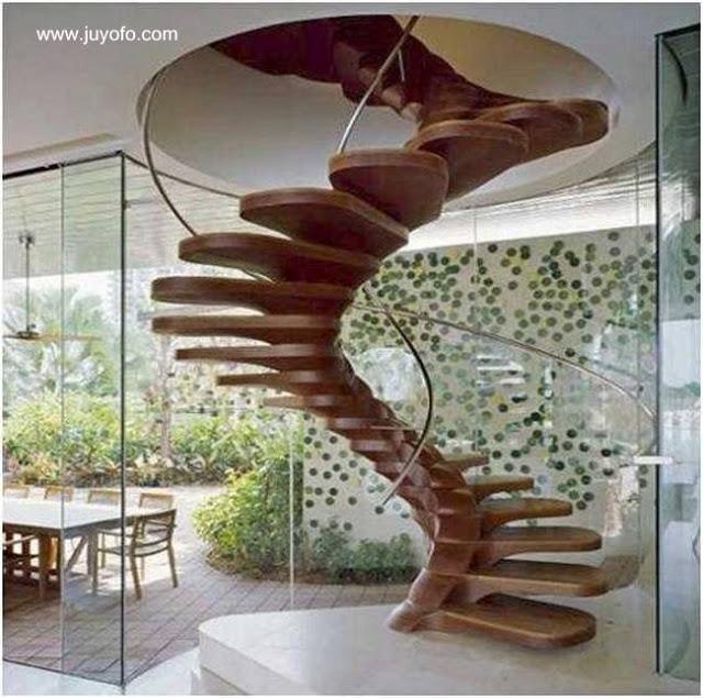 Escalera interior de madera de forma helicoide orgánica