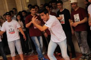 Jóvenes de Cross Arts, en una actuación celebrada en la Universidad Americana de Beirut. (Mónica G. Prieto)