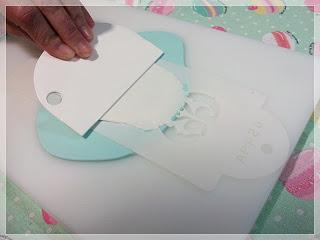 Aplicando un stencil sobre fondant