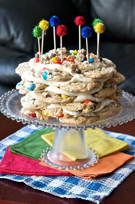 una tarta hecha con galletas y cobertura