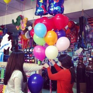 preparando ramillete de globos