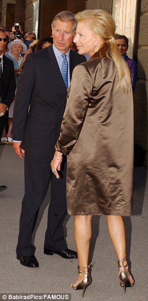 Príncipe Carlos es recibido con un beso de una vieja amiga, la señora Eva O'Neill, en el fin de semana del festival Amadeus Mozart en Salzburgo, Austria, en 2003