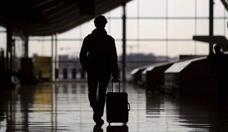 Un pasajero, en el aeropuerto de Barajas