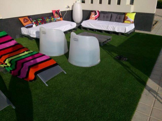 Rinc n chill out con palets cojines y cesped artificial for Cojines jardin ikea