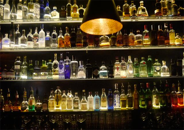 Casa chelis y la martinera cena org nica y c cteles de - Decoracion de bares de copas ...