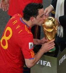 Xavi-besa-copa-mundial
