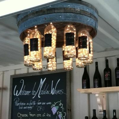 lámpara-hecha-con-barril-y-botellas-de-vino-Evolución-Verde