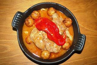 Cabrito guisado con patatinos y pimientos asados