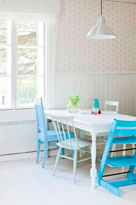 Comedores con sillas de diferentes colores paperblog for Comedor sillas diferentes