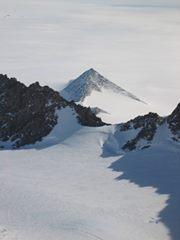 ¡Aparecen pirámides en la Antártida gracias al derretimiento de los polos!.