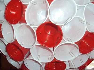 La lámpara de vasos de plástico de Marta