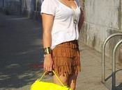 Look falda flecos marrón bolso fluor amarillo