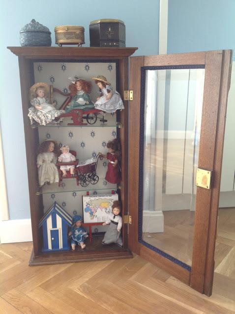 Armarios De Baño Antiguos: armario de baño antiguo en una vitrina para muñequitas de porcelana