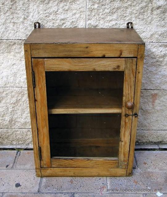 Muebles De Baño Antiguos: armario de baño antiguo en una vitrina para muñequitas de porcelana