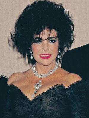 Liz Taylor con la Perla Peregrina engarzada en un collar con otras perlas, rubíes y diamantes por Cartier.