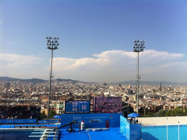 Piscina municipal de montju c un salto con vistas de for Piscina montjuic barcelona
