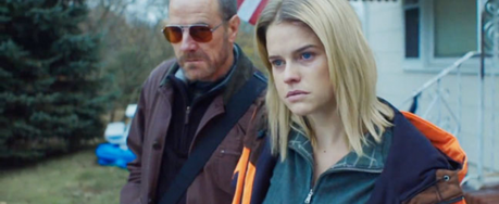 Alice Eve y Bryan Cranston en 'Cold Comes the Night'
