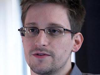Snowden recibió asilo temporal en Rusia por un año, no viajará a latinoamérica. [Resumen con twiters]