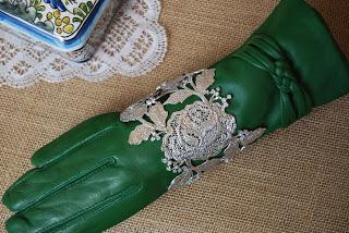 7958592853c4 Complementos para un look color plata   how to accessorize a silver outfit