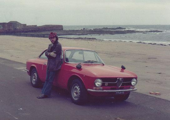 Una vida en fotos. En sus épocas de estudiante en Londres recorrió la costa europea en un Alfa Romeo.