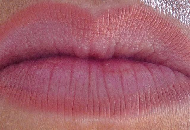 MAC: Labial Cremesheen naked proof, perfilador Boldly bare y gloss Drawn to chic / Reflexión sobre el trato en MAC