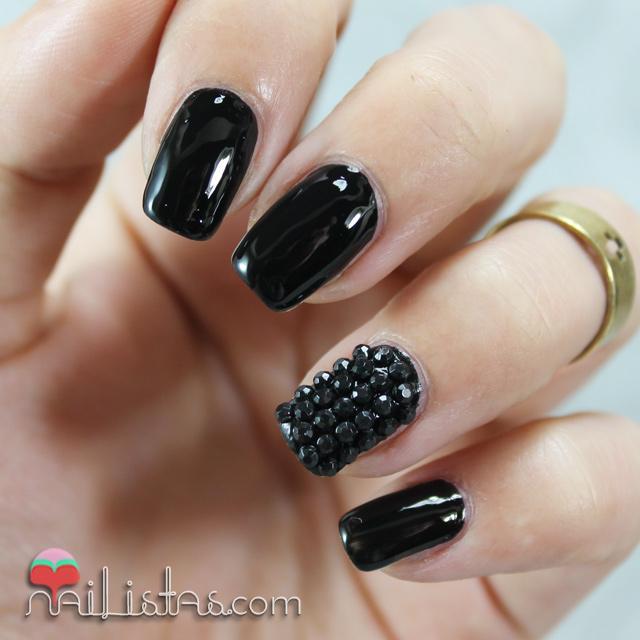 U as decoradas en negro charol con piedras nail art for Piedras colores decoracion