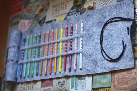 Lapicero con lapices de colores enrollado en funda de fieltro