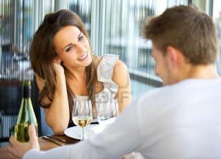 chica tocándose el cabello y sonriendole a un chico en una cita