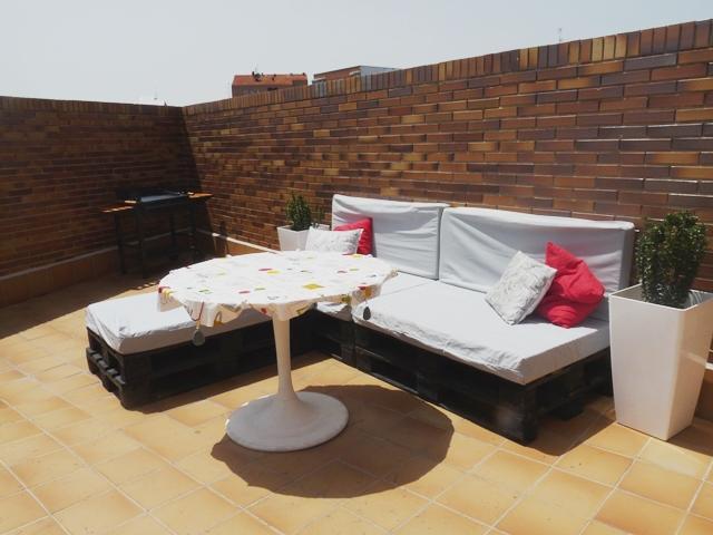 Una terraza con palets y cajas de frutas paperblog for Muebles terraza con palets