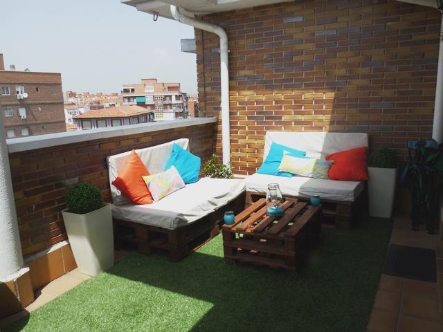 Una terraza con palets y cajas de frutas paperblog for Muebles de terraza con palets