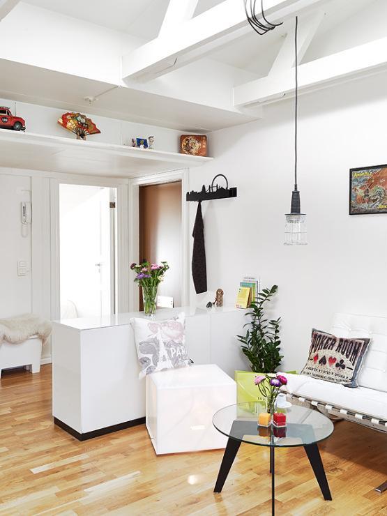 Ventanas abovedadas tragaluces y vigas en el techo for Muebles de salon para pequenos espacios