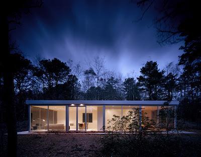 Casa minimalista en el bosque paperblog for Casa minimalista vidriada