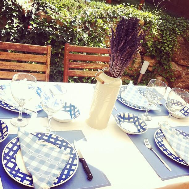Alrededor de una mesa around the table paperblog for Alrededor de tu mesa