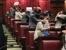 Políticos italianos besan Parlamento contra LGTBfobia