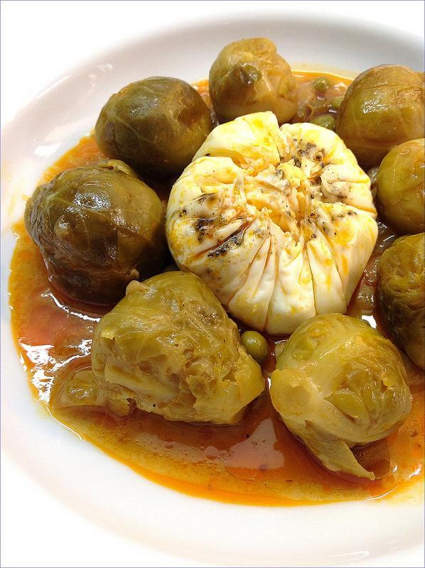 Coles de bruselas guisadas con guisantes y huevo escalfado - Cocinar coles de bruselas ...