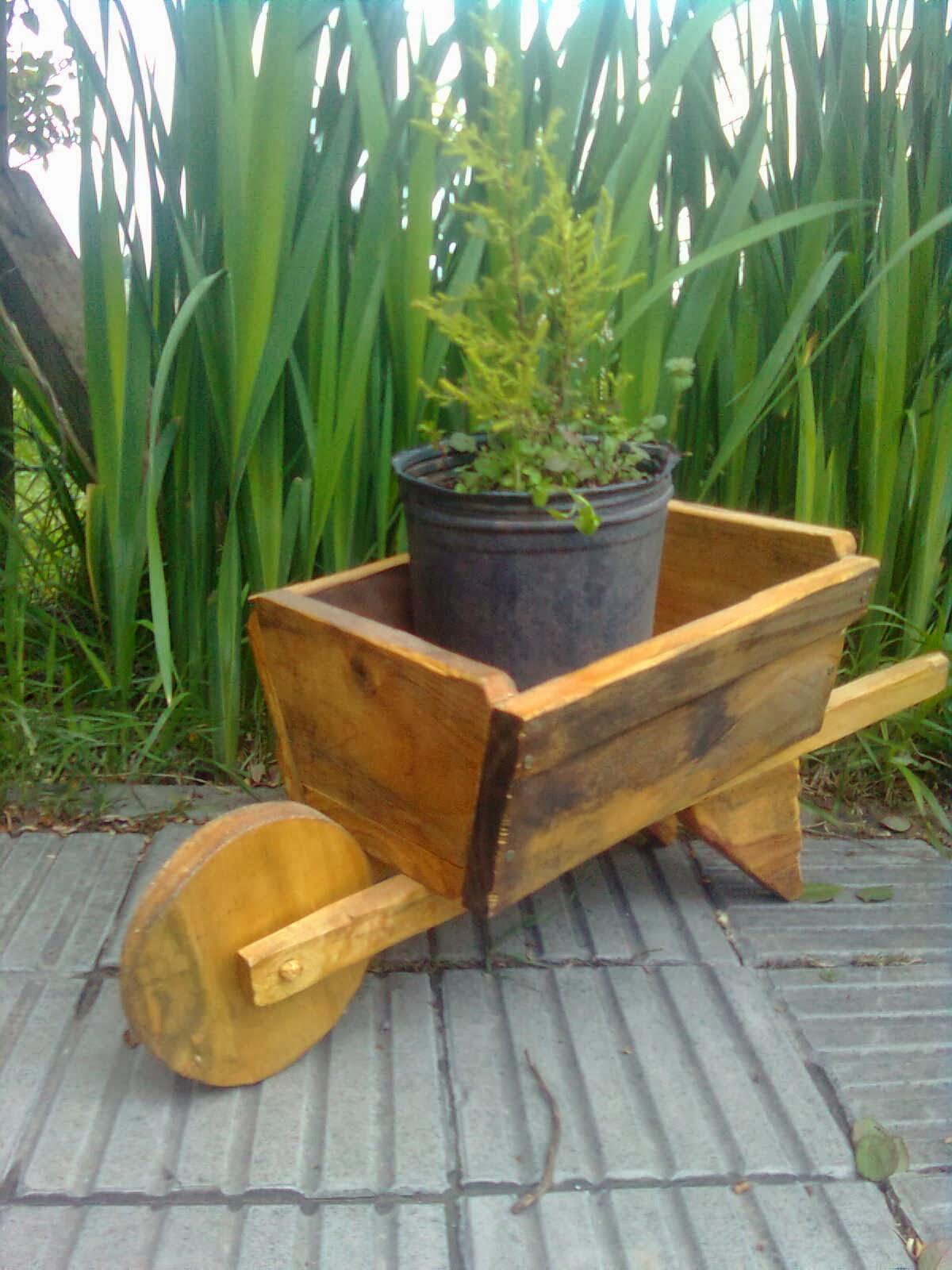 Pros y contras de las jardineras y los maceteros de madera for Como hacer herrajes rusticos