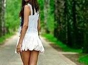 chica vestida blanco.