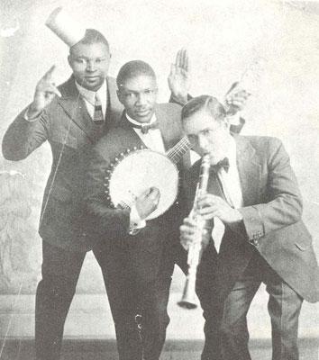 Johnny St. Cyr (banjo) , Richard M. Jones y Albert Nicholas.