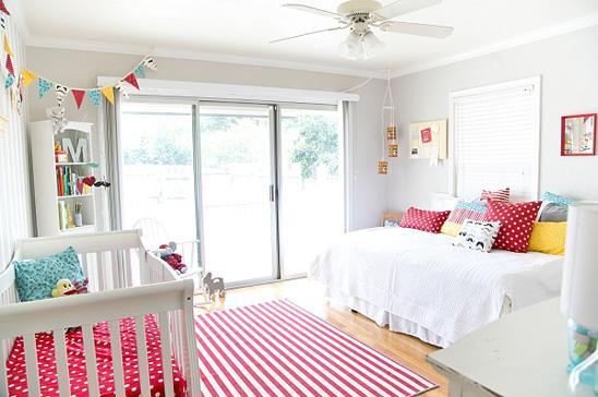 Un dormitorio de bebe a todo color paperblog for Ideas para decorar habitacion compartida nino nina