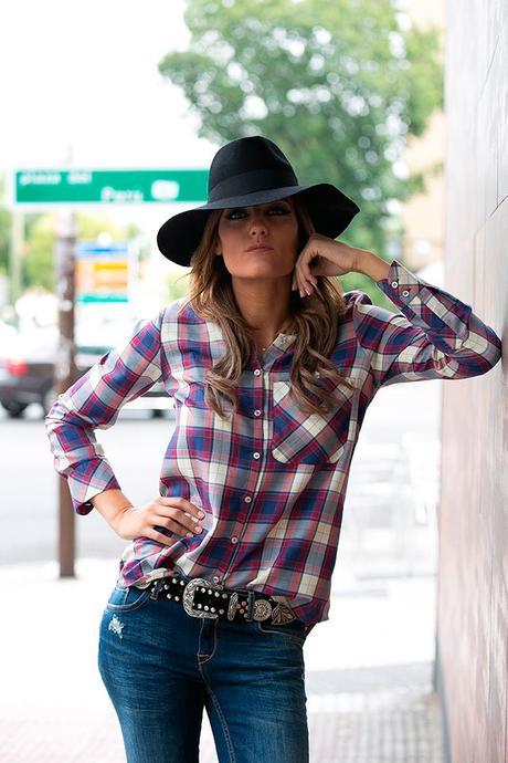 OUTFITS, tartan, camisa cuadros, plaid stamp, hakei, jeans pitillo zara, botas western, cinturon vintage, sombrero negro, bohochic, botines hebillas, zara, mango, cristina blanco, guiadeestilo, blog guiadeestilo,