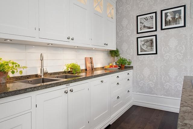 Una cocina con una mezcla de revestimientos paperblog - Revestimientos paredes cocina ...