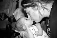 Los peligros de besar al bebé en la boca