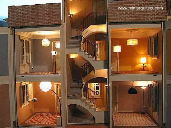 maqueta de una casa en barcelona expuesta en su interior