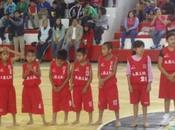 Niños mexicanos, juegan baloncesto descalzos