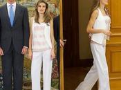 Dña. Letizia, vestida pantalón chaleco blanco, recibe Zarzuela. look Princesa