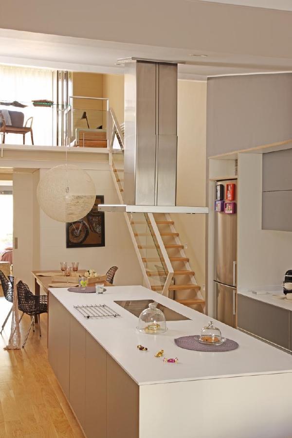 Una casa familiar de espacios abiertos y funcionales Decoracion de espacios abiertos en casa