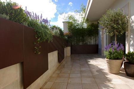 Jardin de dise o moderno en madrid para la terraza de un for Macetas terraza diseno