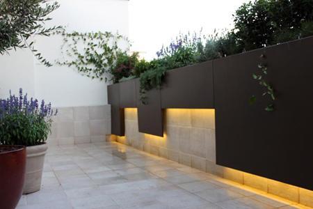 Jardin de dise o moderno en madrid para la terraza de un for Diseno de jardines madrid