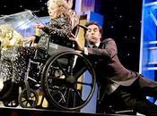 Sacha Baron Cohen acepta premio asesina presentador
